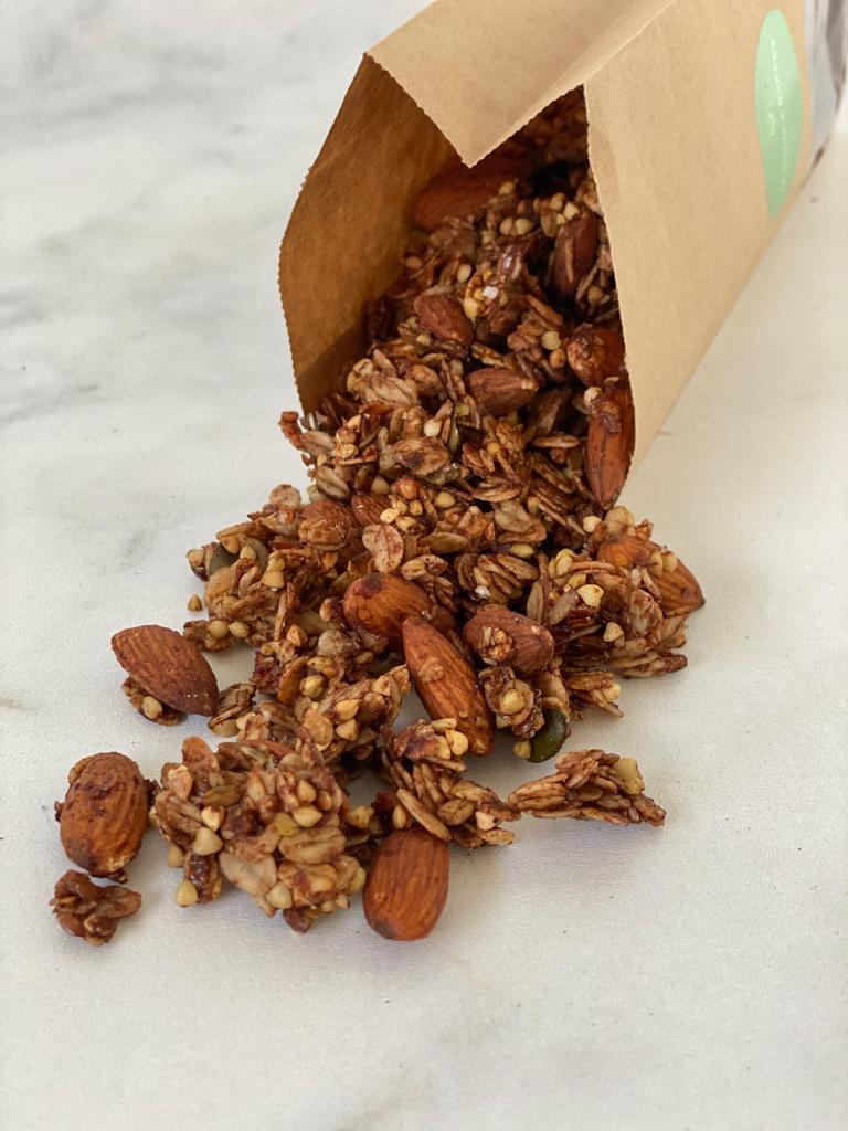 De vegan kaneel granola is niet alleen een feestje voor je neus maar ook voor je mond. Als je de granola eens zou kunnen ruiken als het net uit de… View Details