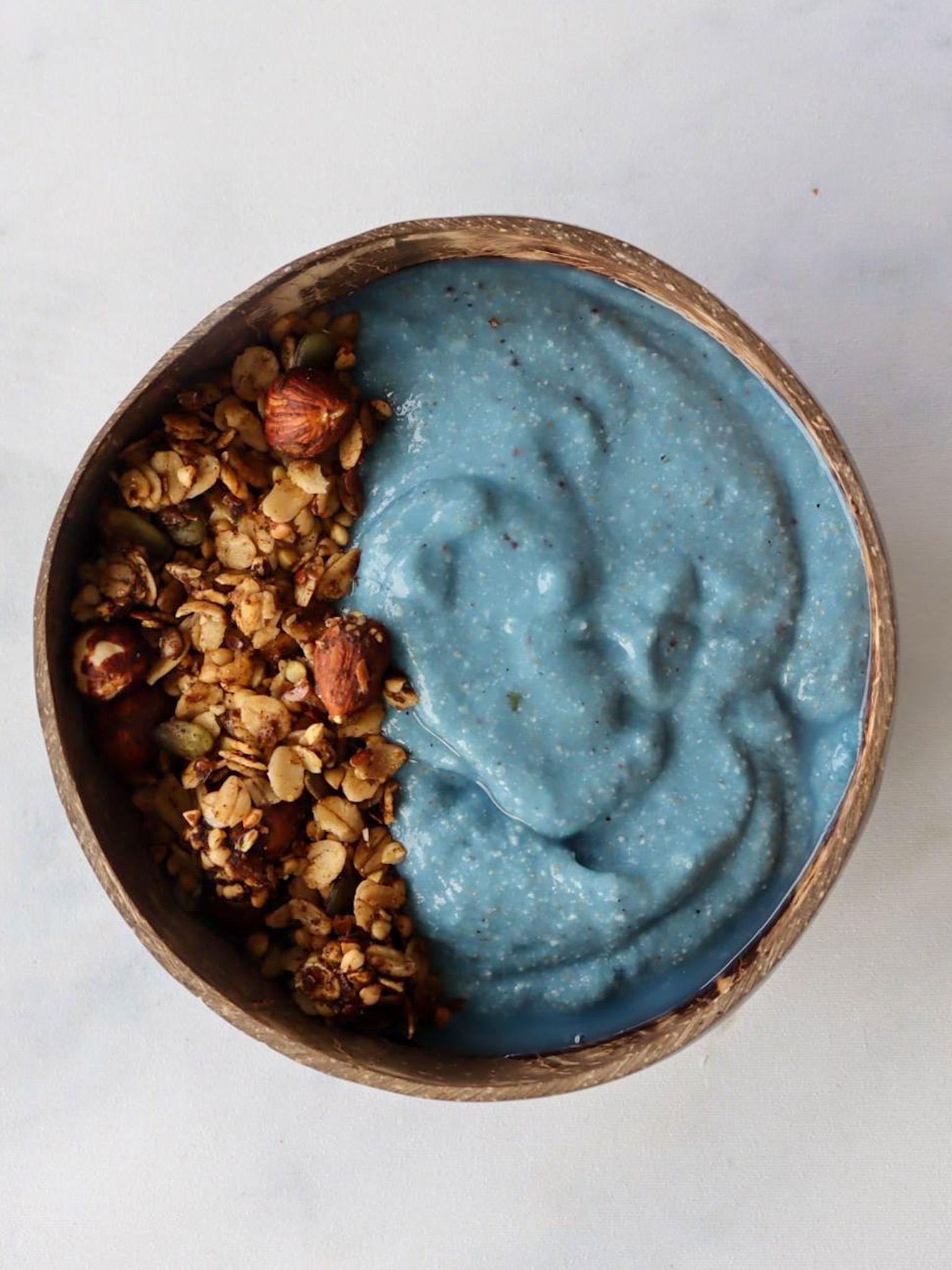 Deze Blue Ocean mix is echt een feestje, de mooie blauwe kleur komt van de blue spirulina vandaan en dankzij de groente die onopvallend hierin verwerkt zijn geeft een Blue… View Details